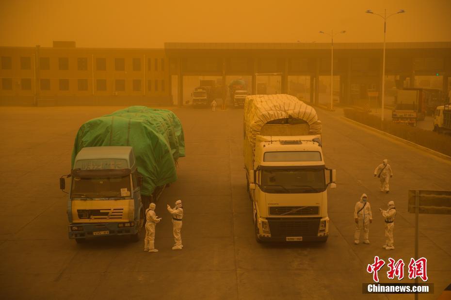 内蒙古二连浩特遭遇沙尘暴天气