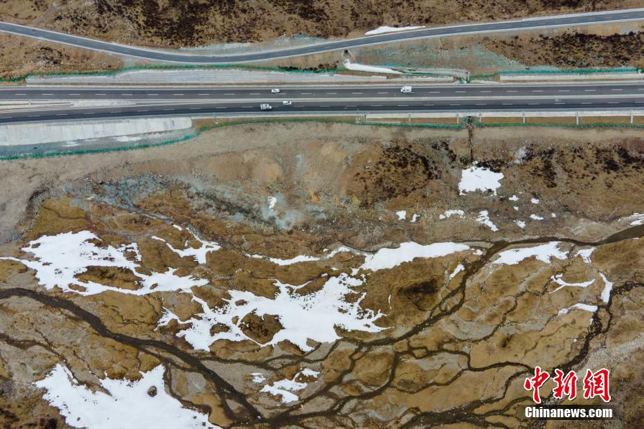 车在画中走 看大美西藏高等级公路